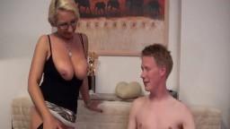 Deutsche Mama bekommt es Anal vom Sohn