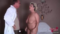 Blonde Milf Schlampe mit dicken Titten vom Doc gefickt