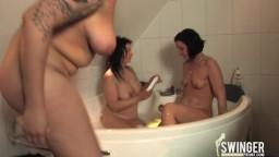 Deutsche Lesben haben Dildoparty in der Badewanne